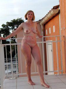 photo de salope cougare exhibe nue dans le 11