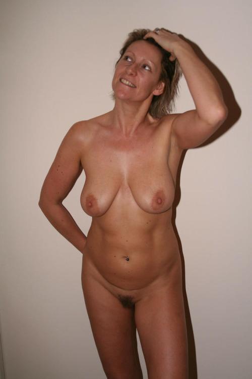 photo de salope cougare exhibe nue dans le 13